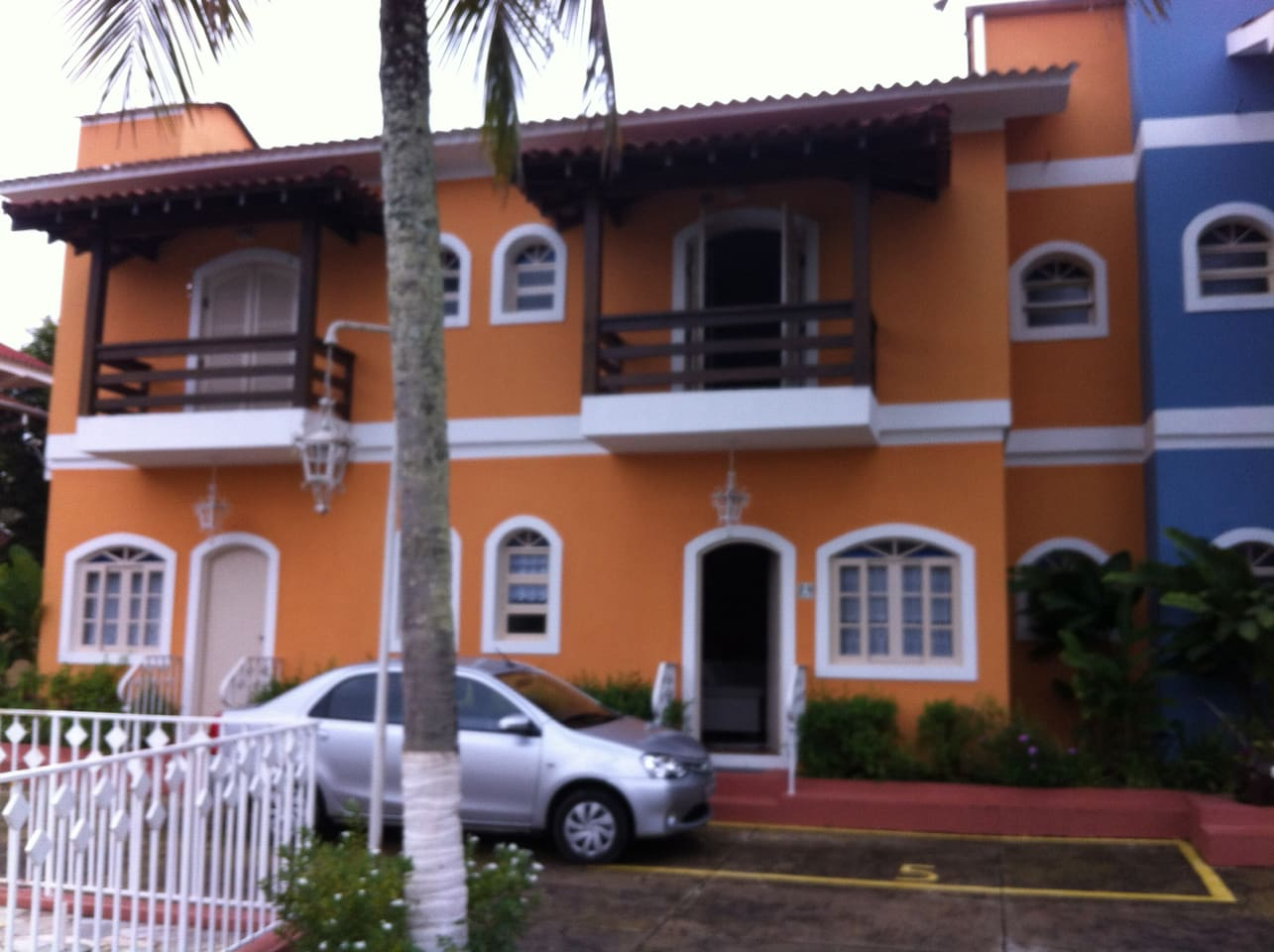 Frente - Refere-se a Casa 5 - a primeira laranja após a azul
