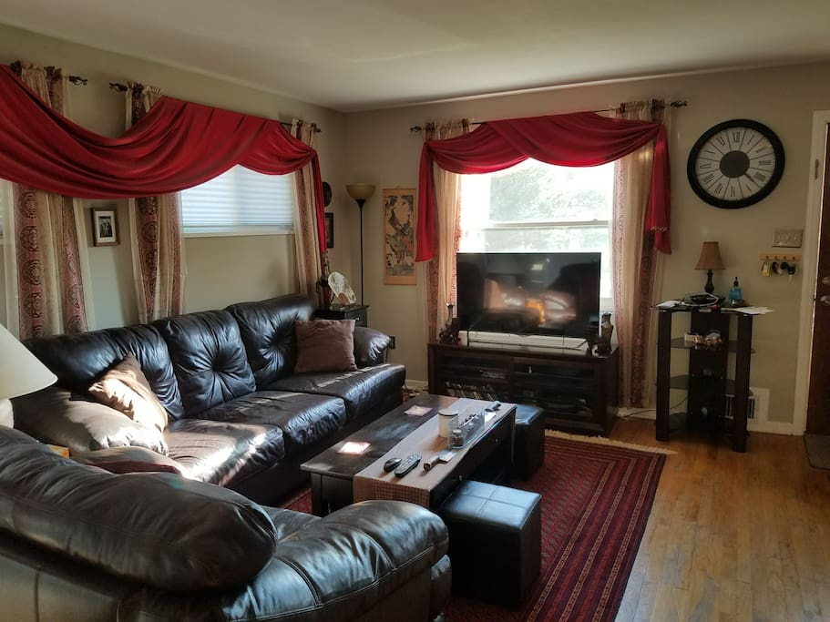 Cozy family room with Wi-Fi, HBO, Starz, cable, netflix