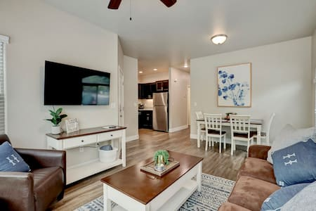 Upscale 2 Bedroom Apartment near Downtown & CSUC