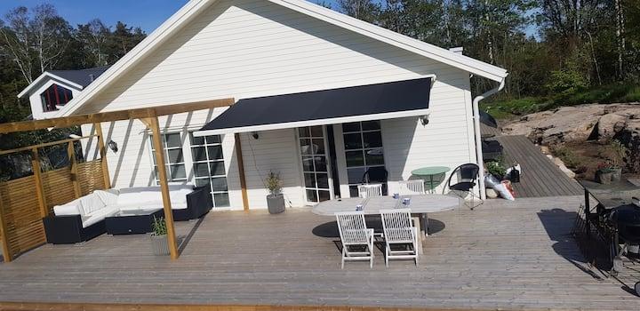 Nybyggt hus i sommaridyllen Åsa