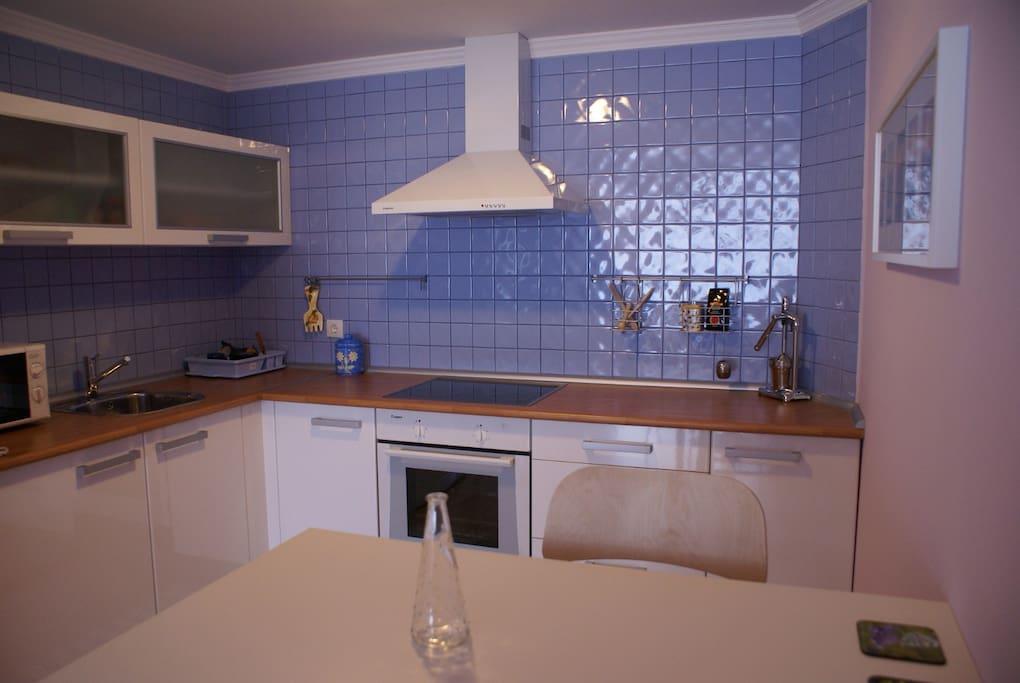 La cocina, funcional, moderna, limpia y nueva, horno, microondas, nevera, tostadora, con menaje.