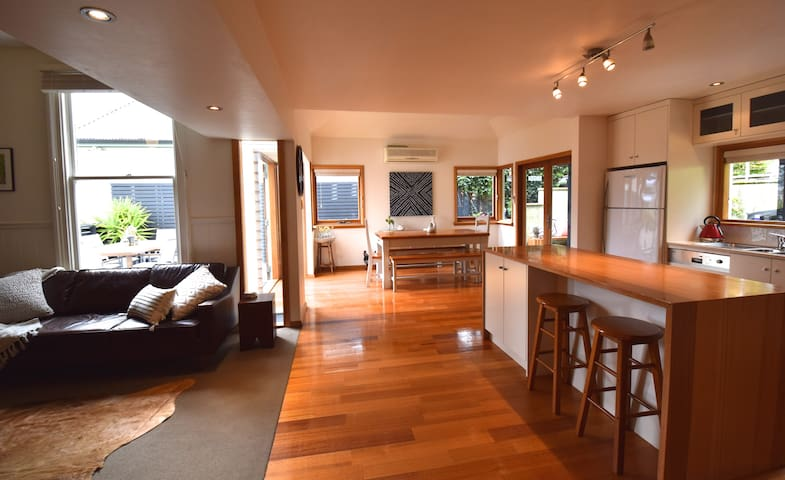Best location in Hobart, HUGE 4 bedroom w/ views!! - Hobart - Dom
