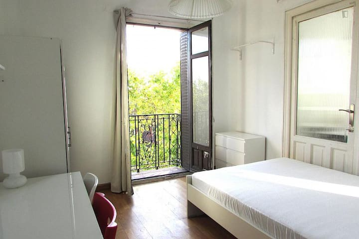 Bright double room with small balcony in centre - Madri - Apartamento