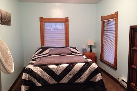 Cozy upstairs bedroom in farmhouse - Milford