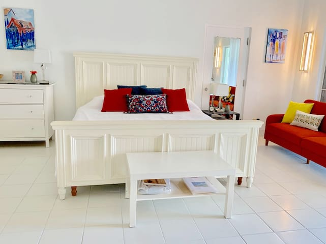 Relax in our bright white freshly painted studio with local artwork and pops of color. Enjoy the king-size bed after a day at the beach
