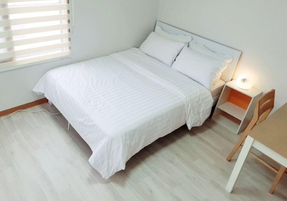 창 넓은 침실과  무드조명