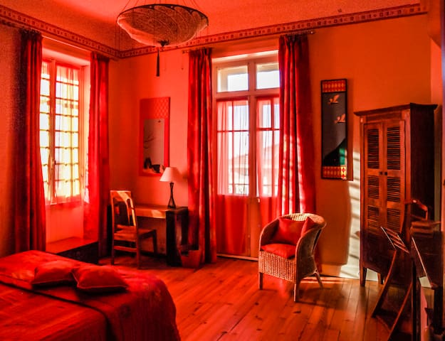 Chambre Asie: Grande chambre orientée à l'ouest et au sud, avec lit queen size (200 x 160). Balcon avec vue jardin et mer. Possibilité d'ajouter un lit simple dans frais supplémentaire.