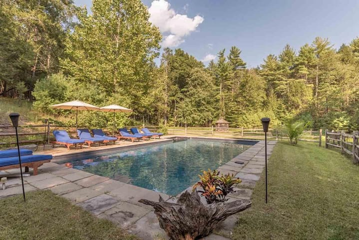 """Boulders Gate"" Woodstock retreat with heated pool"