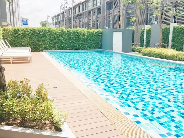 NEW Modern 1BR POOL, GYM-5 mins walk to The Mall! - Bangkok - Lejlighed