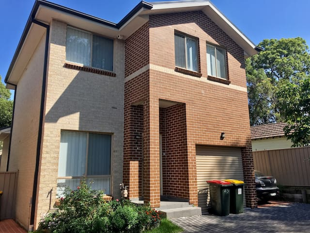 Comfy double room in West Sydney close to trains - Toongabbie - Huis