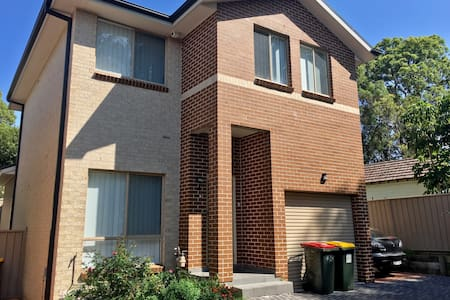Comfy double room in West Sydney close to trains - Toongabbie - Hus