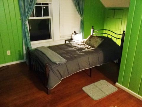 Aardvark Acres East---Kermit Suite