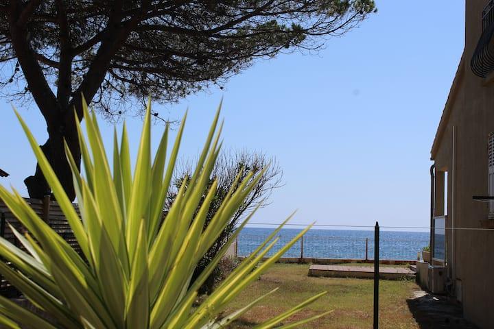 Villa au bord de mer, avec vue mer et accès plage