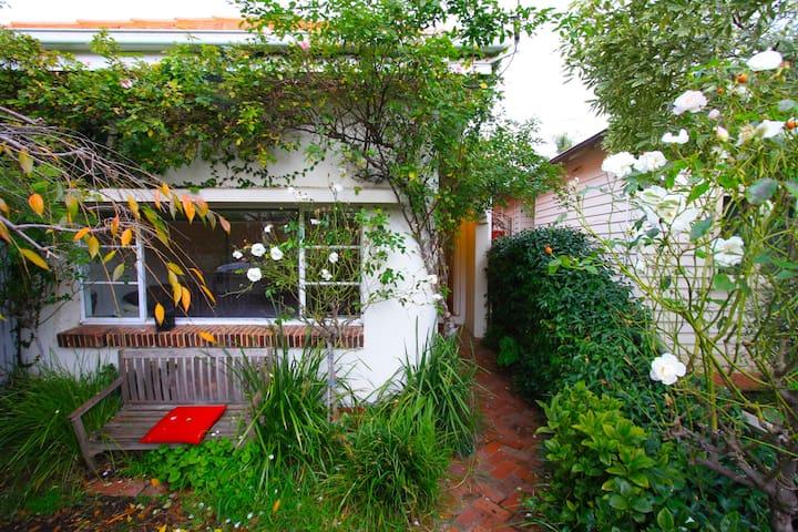 Best location, art deco 2 BR house Brunswick/Cburg