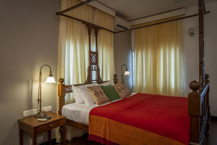 Nalini: Colonial-styed suite room + kitchenette in the centre of city