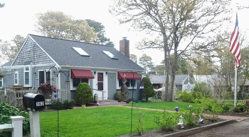 Charming Cape Cod 3BR, walk to the beach