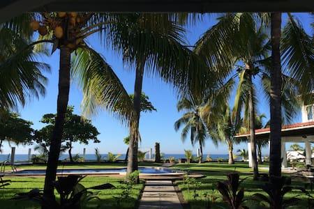 Ocean Front Paradise - Hus