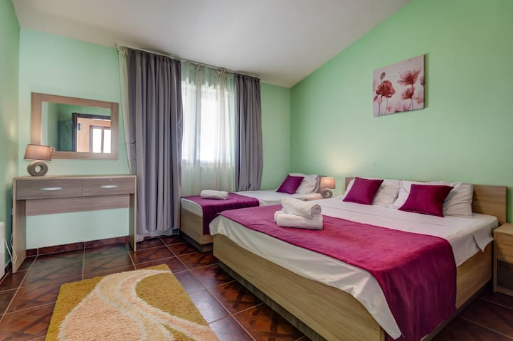 There are 3 bedrooms on 3 floors, each of them with different bedding. The upmost bedroom is furnished with a king-size bed and a single bed.