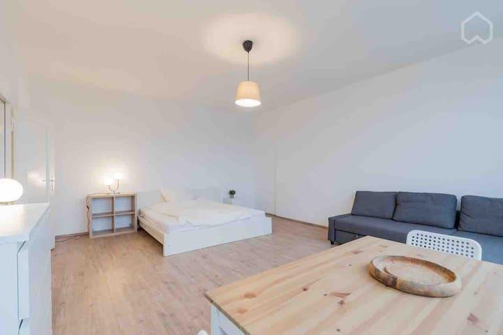 Large 2 Bed Room Apt. I Schöneberg I EUREF Campus