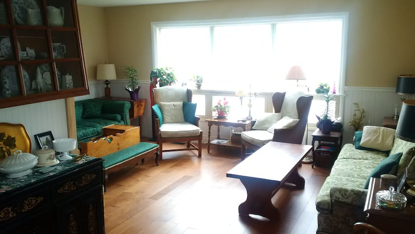 Contemporary Main Floor 2br / 2 bath Apt Great Loc - Gananoque - Apartemen