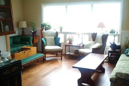 Contemporary Main Floor 2br / 2 bath Apt Great Loc - Gananoque - Appartamento