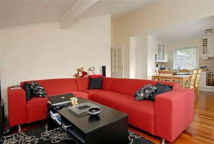 Flott leilighet med stor terrasse og hage.