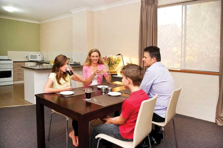 Oxley Court Serviced Apartments 4 - Griffith - Apartment