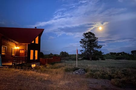 Double J Cabin! Hot Tub, Indoor Sauna, Star Gazes!