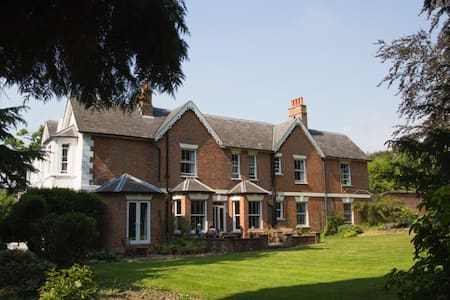 Charming Victorian B&B and Retreat Centre - Dormansland
