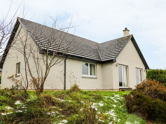 GLAVEN, pet friendly, with open fire in Bonar Bridge, Ref 970523