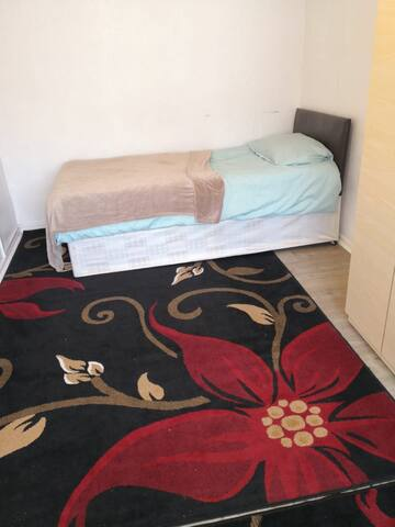 Cosy room with single bed in milend simple stay
