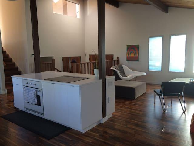 Modern Ski Lodge in the City - Kelowna - House