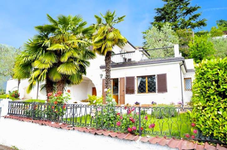Riva del Garda, casa climatizzata con giardino.