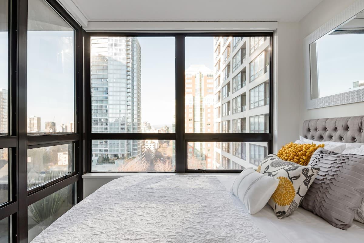 E1 - Chic Downtown Condominium near Robson Street Boutiques