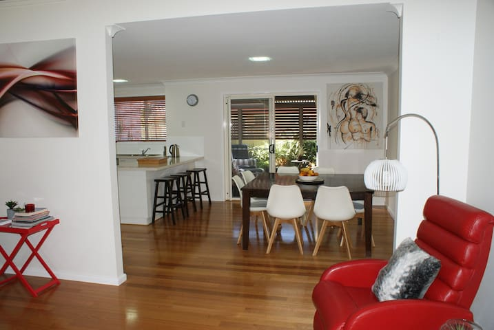 Great Town House - Mins walk to Beach, cafes,clubs - Coffs Harbour
