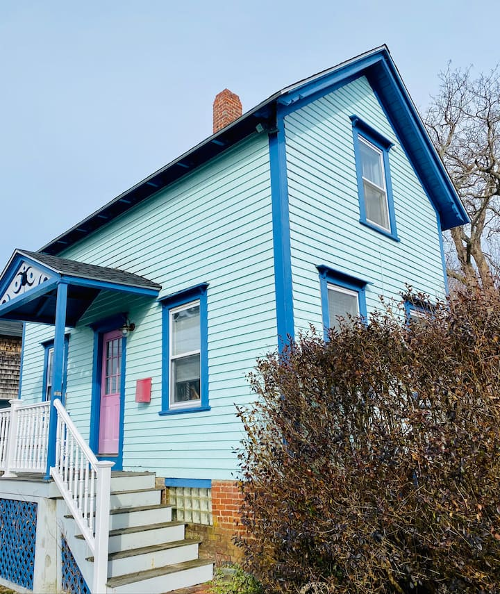 Charming Cottage, Close to Town and Beaches.