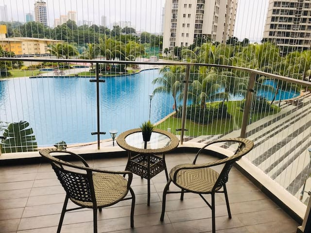 Pool View Apartment Country Garden @ Danga Bay