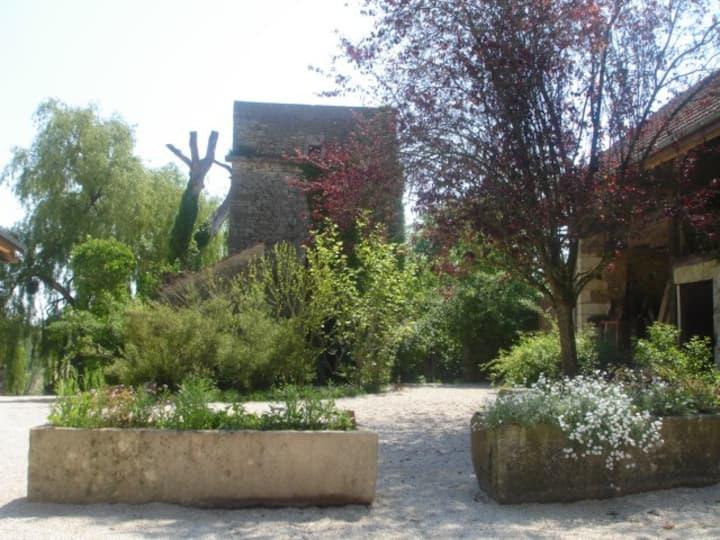 Côté cour et jardin grand gîte piscine sauna !