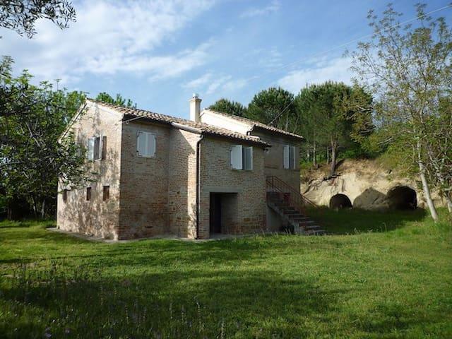 Casa colonica nel verde delle colline maceratesi - San Ginesio - Ev