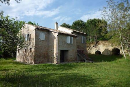 Casa colonica nel verde delle colline maceratesi - San Ginesio - Hus