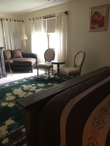 Quiet, Elegant Meadow Suite Kent OH