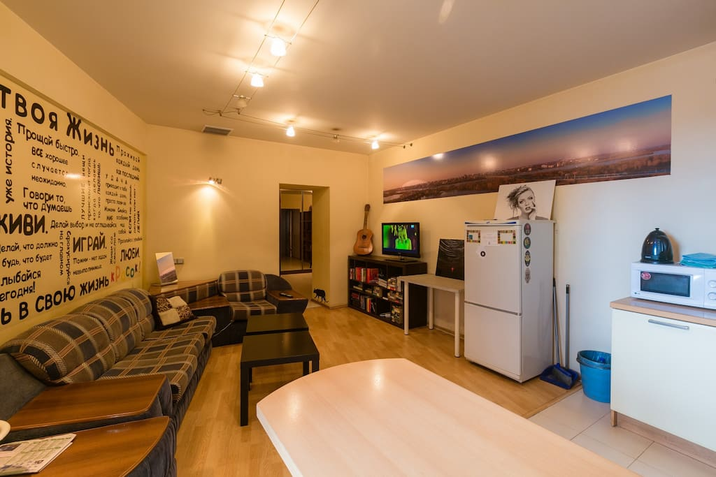 Это часть кухни и зона отдыха для гостей. Места хватает даже для больших компаний