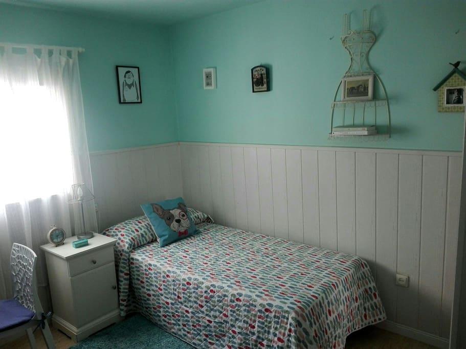 Dormitorio privado con cama de 90 y otra debajo. Un escritorio con silla, mesita de noche y armario amplio con espejo frontal. Recién pintado y lencería nueva. Muy bien iluminado.