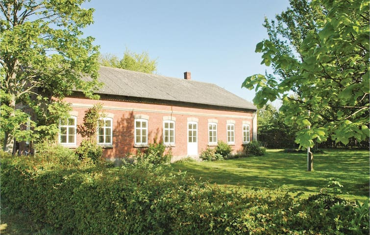 Holiday cottage with 7 bedrooms on 315m² in Bredebro