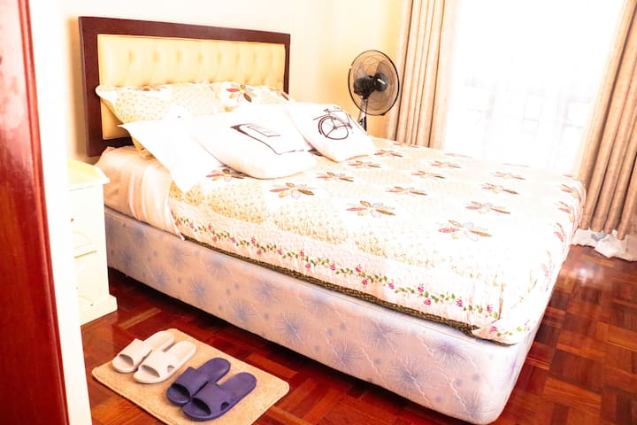 Sleep like a king/queen on this Queen size bed with a comfortable orthopedic mattress.Enjoy a restful night .