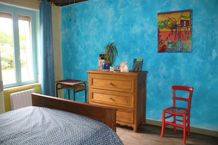 Chambre colorée, jolie maison de campagne