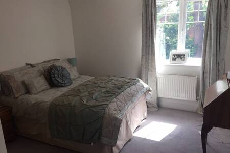 Lovely double bedroom in modern exec apartment - Weybridge - Apartamento