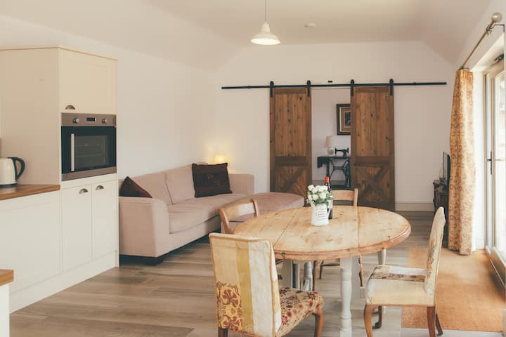 Stylish Two Bedroom Barn set in Tranquil Courtyard