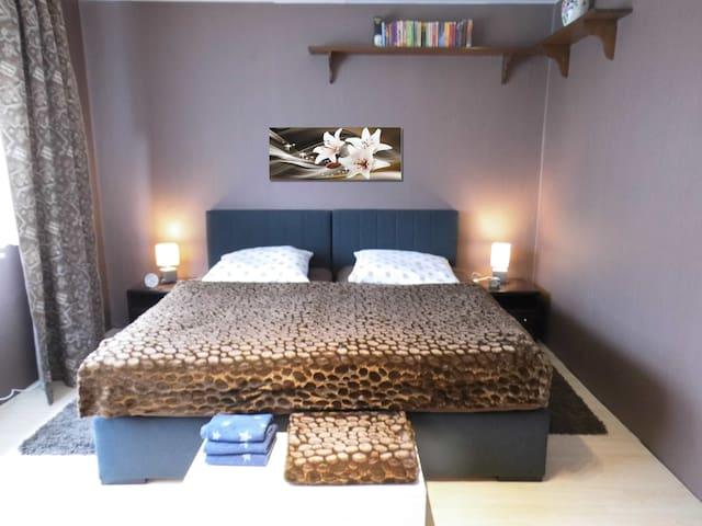 Doppelzimmer mit Boxspringbetten Doppelbett kann auch als zwei Einzelbetten gestellt werden