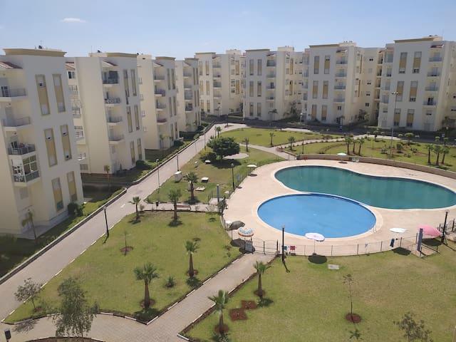 Appartement équipé, piscine, verdure, parking